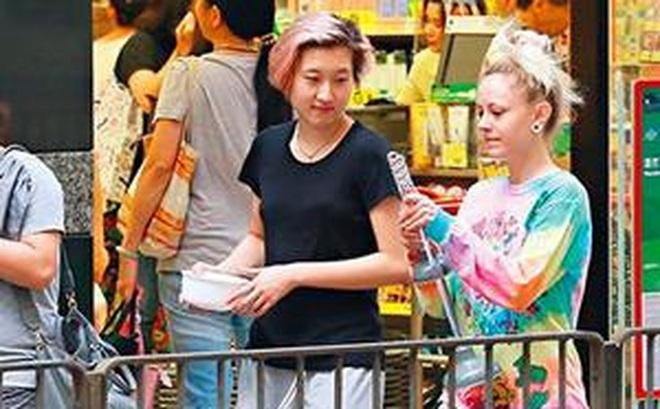 Con gái chưa 18 tuổi của Thành Long lại bỏ nhà theo người yêu đồng giới