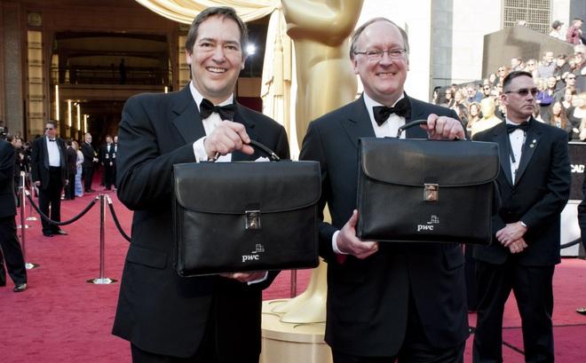 Phong bì ghi tên người thắng cuộc được đưa tới Oscar bằng cách nào?