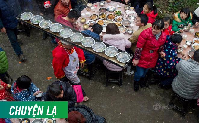 Chùm ảnh: Người đàn ông 38 năm chuyển thức ăn bằng đầu, đội 300.000 bát chưa 1 lần rơi