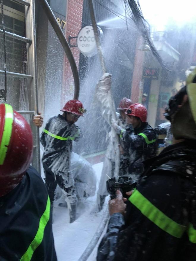 Giải cứu người phụ nữ nước ngoài kẹt trong căn nhà bốc cháy ở Phố Tây - Ảnh 2.