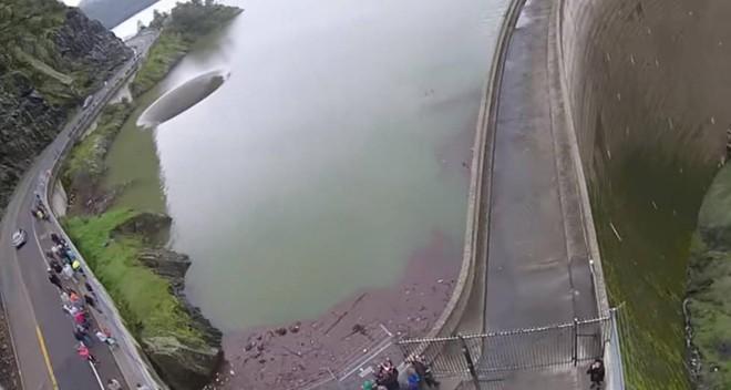 Động lớn bất ngờ xuất hiện giữa hồ nước, người dân hiếu kỳ đổ xô đến xem - Ảnh 4.