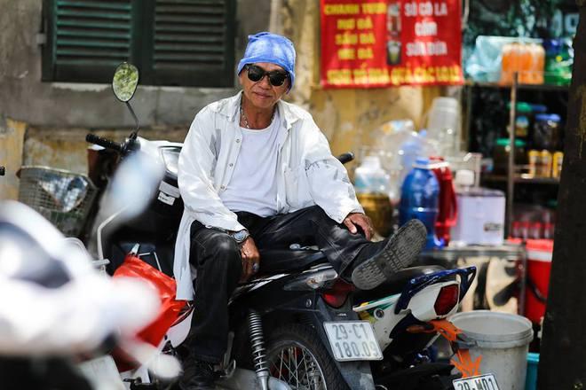 Người Hà Nội mặc bìa carton, hai tay hai ô giữa ngày nắng nóng lịch sử 17