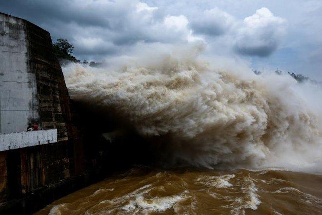 24h qua ảnh: Cảnh thủy điện Hòa Bình xả lũ cuồn cuộn như sóng thần - Ảnh 6.