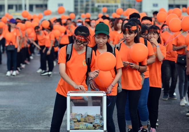Hàng ngàn sinh viên xuống đường đi bộ vì nạn nhân da cam - Ảnh 8.