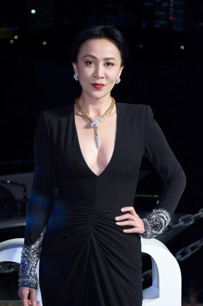 Vợ của Lương Triều Vỹ gây ngỡ ngàng vì nhan sắc gợi cảm dù đã 52 tuổi   - Ảnh 10.