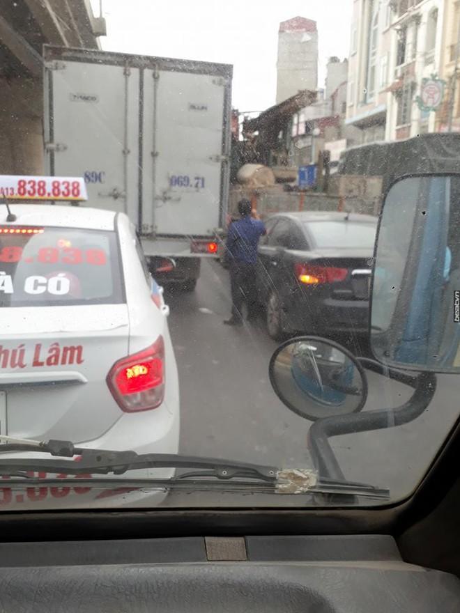 Tắc đường, tài xế dừng xe và có hành động khiến tất cả bất bình - Ảnh 1.
