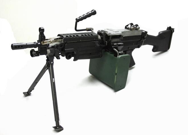 Súng máy M249 SAW gặp sự cố khi đang bắn, xạ thủ suýt tử nạn - Ảnh 5.