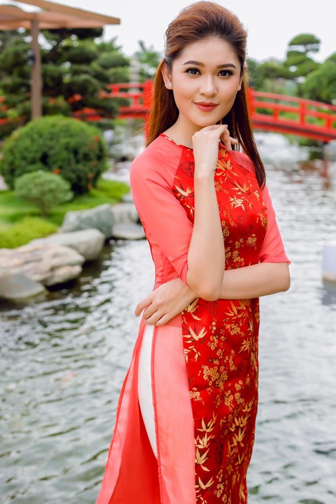 Á hậu Thùy Dung đầy cuốn hút khi khoe dáng với áo dài - Ảnh 4.