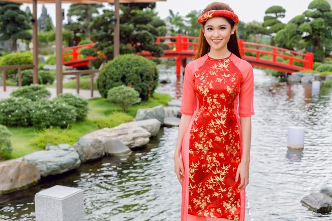 Á hậu Thùy Dung đầy cuốn hút khi khoe dáng với áo dài - Ảnh 3.