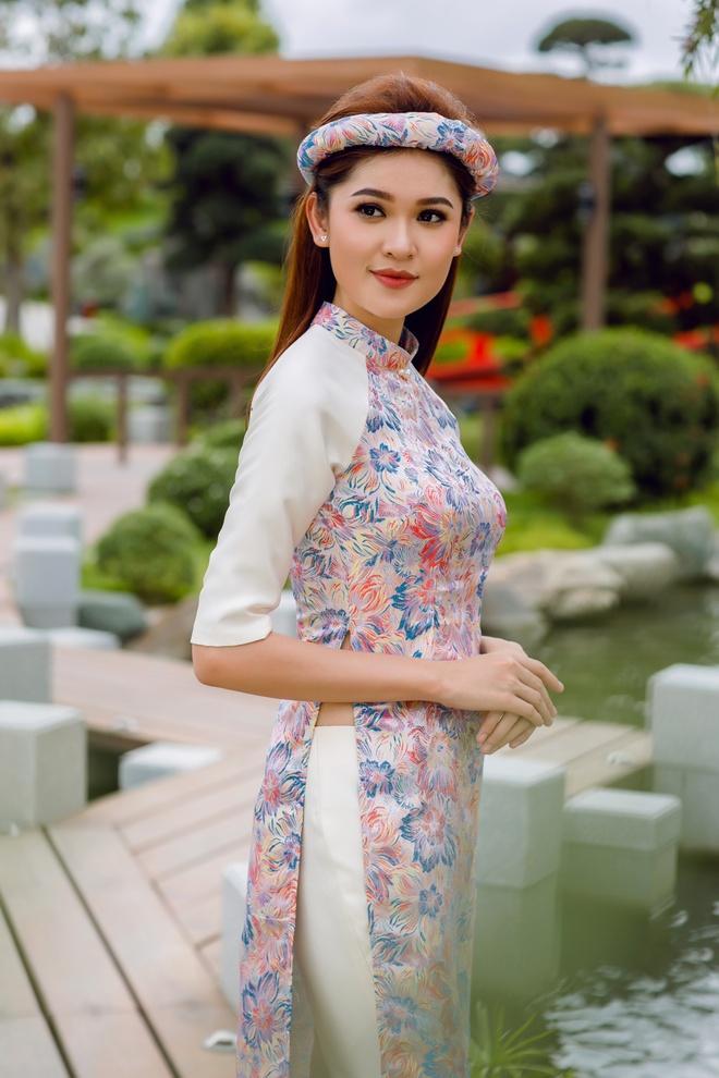 Á hậu Thùy Dung đầy cuốn hút khi khoe dáng với áo dài - Ảnh 2.