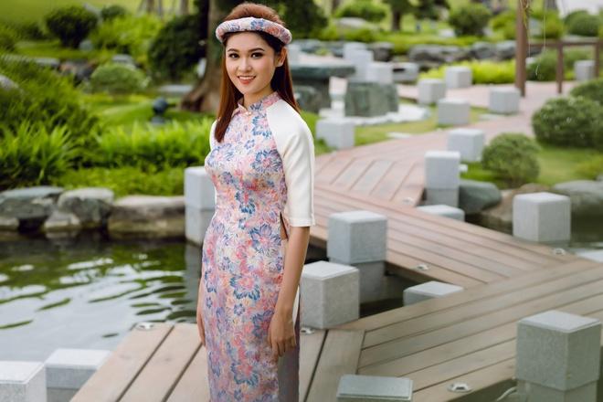Á hậu Thùy Dung đầy cuốn hút khi khoe dáng với áo dài - Ảnh 1.