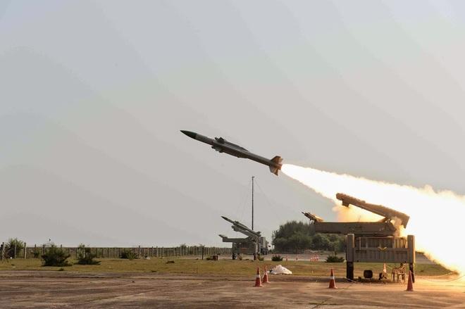 Sau BrahMos, Ấn Độ muốn bán tên lửa phòng không tối tân cho Việt Nam - Ảnh 1.