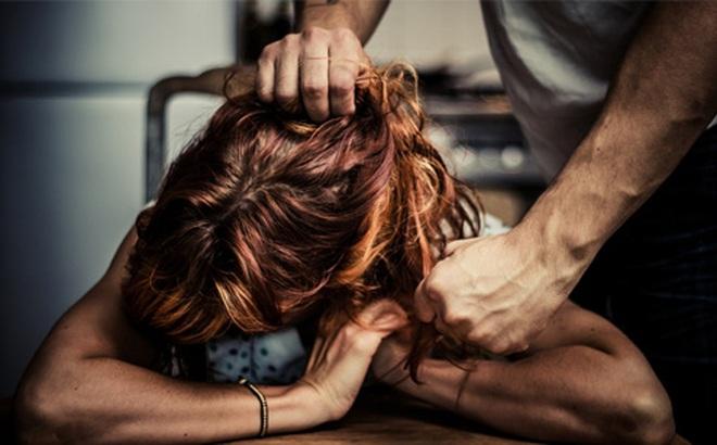 Vợ giảm cân được nhiều người để ý, chồng đạp thẳng vào mặt ngay giữa đám cưới