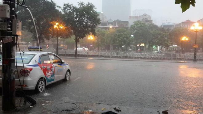 Hà Nội mưa xối xả, nhiều tuyến phố ngập rất sâu - Ảnh 15.