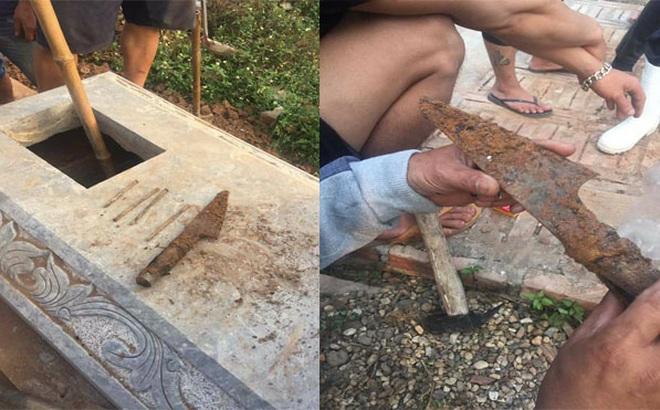 Hà Nội: Hơn chục ngôi mộ bị chôn răng bừa, đinh 10, tưới chất uế tạp