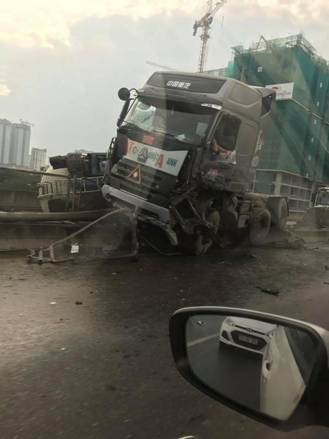 Xe bồn đâm đuôi xe tải rồi lật ngang chắn giữa đường trên cao ở Hà Nội - Ảnh 3.