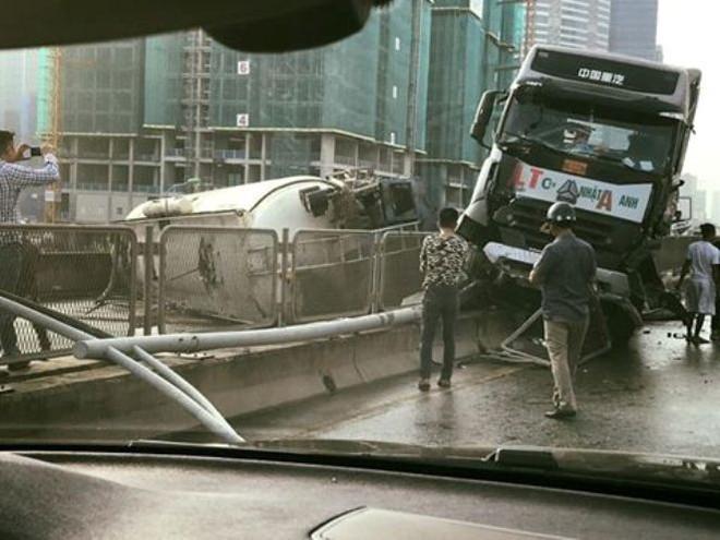Xe bồn đâm đuôi xe tải rồi lật ngang chắn giữa đường trên cao ở Hà Nội - Ảnh 1.