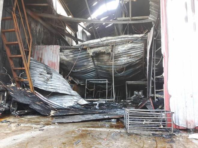 Lối vào duy nhất bị bít, nhiều nạn nhân ôm nhau tử vong trong vụ cháy xưởng ở Hà Nội - Ảnh 1.