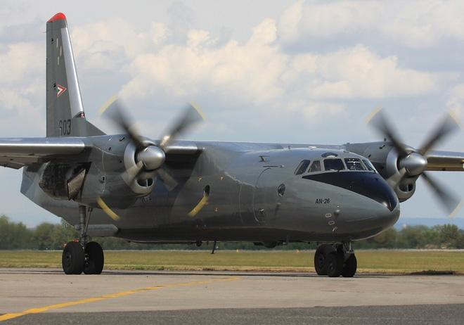 Việt Nam có nên sơn Hàm cá mập cho An-26 như chiếc máy bay này? - Ảnh 2.