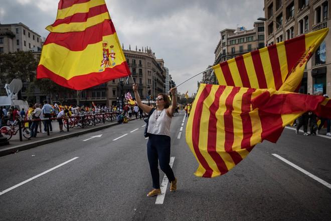 Catalonia đòi ly khai: Nước cờ mập mờ và 4 kịch bản không dễ chịu cho Tây Ban Nha - Ảnh 2.