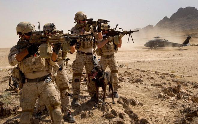 Súng máy M249 SAW gặp sự cố khi đang bắn, xạ thủ suýt tử nạn - Ảnh 1.