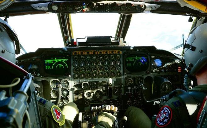 """[VIDEO] Quá trình cất cánh của """"pháo đài bay"""" B-52 nhìn từ trong buồng lái"""