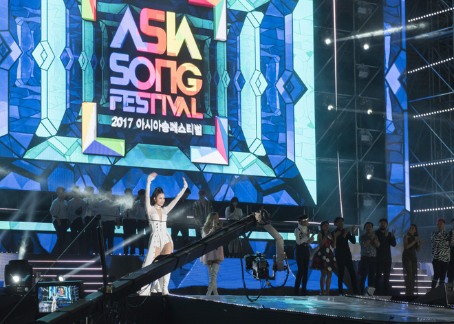 Đông Nhi bắt tay Leeteuk, Teayeon tại Asia Song Festival - Ảnh 2.