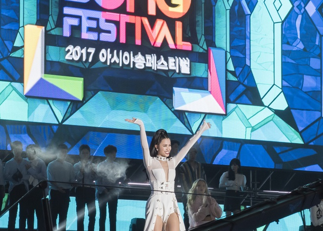Đông Nhi bắt tay Leeteuk, Teayeon tại Asia Song Festival - Ảnh 1.