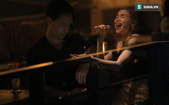 Kim Lý bối rối vì hành động của Hà Hồ trước đông người