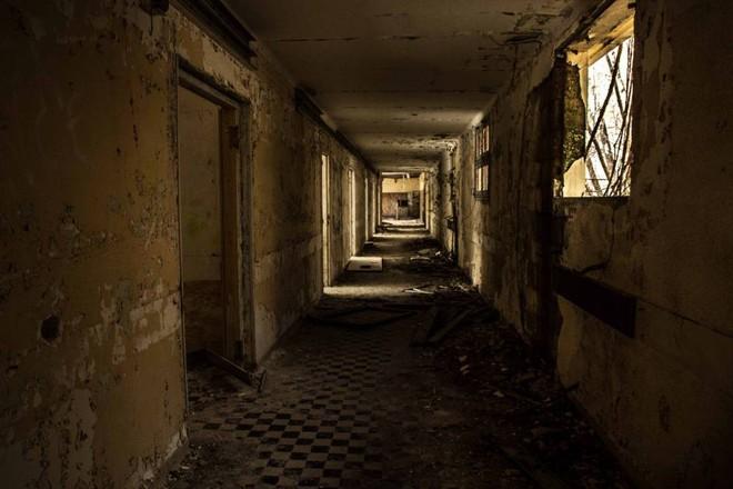 Thâm nhập hầm trú ẩn bí mật của Hitler sâu 30m dưới lòng đất: Đội thám hiểm bị ám ảnh - Ảnh 4.
