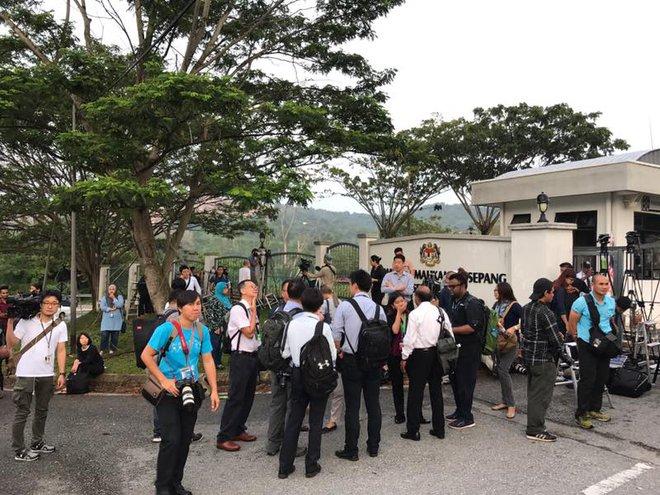 Phóng viên quốc tế đã có mặt trước cổng tòa án theo dõi phiên xét xử Đoàn Thị Hương - Ảnh 1.
