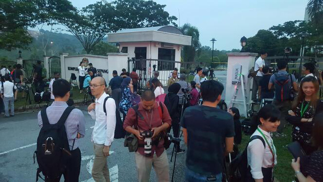 Phóng viên quốc tế đã có mặt trước cổng tòa án theo dõi phiên xét xử Đoàn Thị Hương - Ảnh 2.