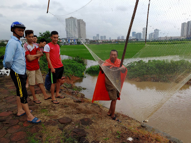 Người dân đổ xô đi bắt cá sau mưa lớn ở Hà Nội - Ảnh 2.