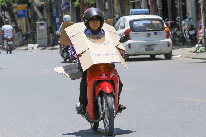 Người Hà Nội mặc bìa carton, hai tay hai ô giữa ngày nắng nóng lịch sử 2