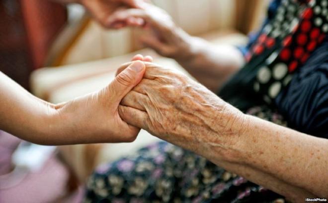 [Nhật ký Blouse trắng]: Khi tôi bỏ lại 1 người già nằm khóc rấm rứt trên ghế sofa...