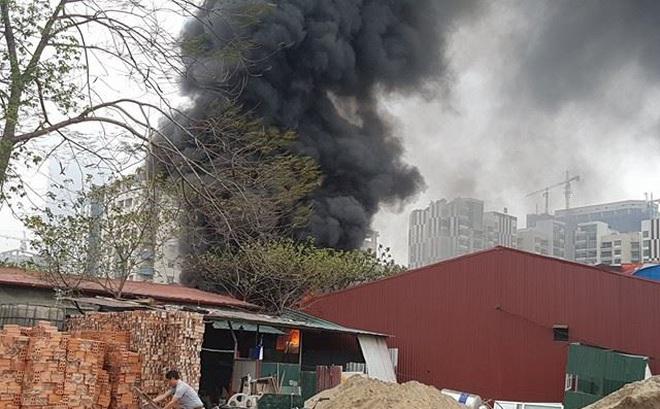 Hà Nội: Kho hàng bốc cháy dữ dội
