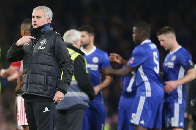 Mourinho khiến Chelsea tức giận, đau đớn với hành động đầy kênh kiệu - Ảnh 2.