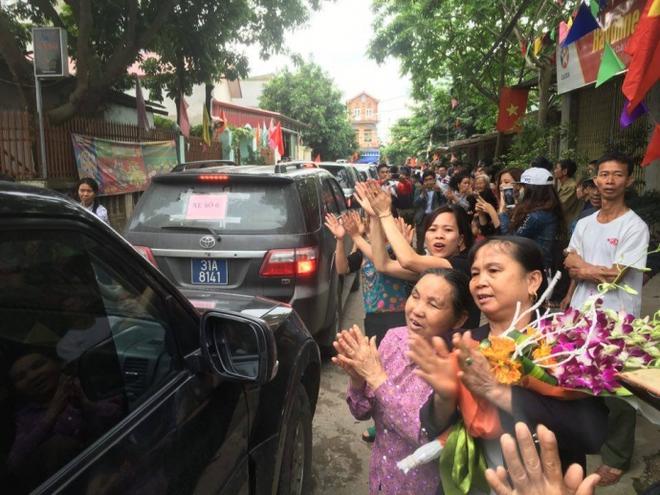 Người dân Đồng Tâm cầm hoa, vỗ tay hoan hô, mừng Chủ tịch Chung về đối thoại - Ảnh 1.