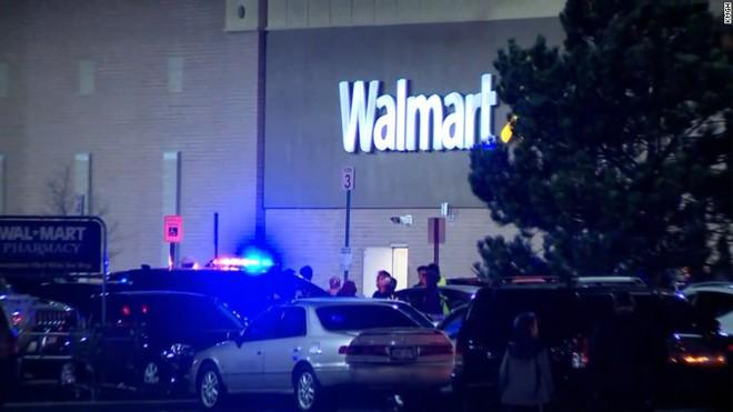 Nóng: Xả súng bên trong siêu thị Walmart (Mỹ), ít nhất 2 người thiệt mạng, nhiều người bị thương - Ảnh 6.