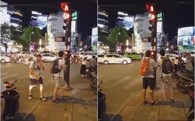 Hai vị khách Tây và sự xấu hổ dành cho những ai vượt đèn đỏ