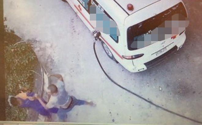 Tài xế xe cứu thương đánh nhân viên cây xăng nhập viện vì không cho đổ chịu