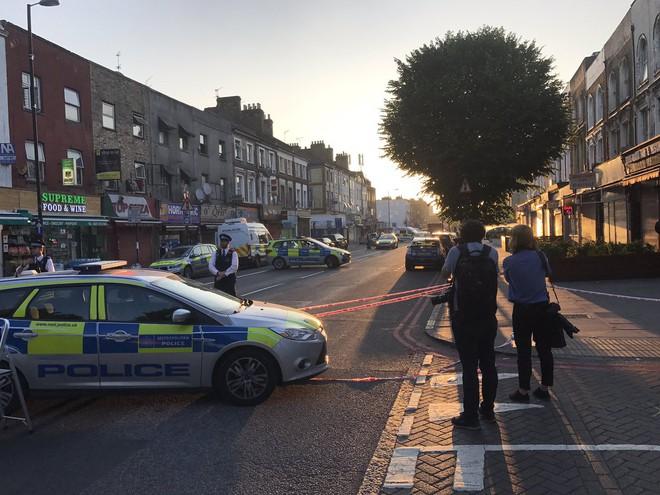 Lao xe tải vào đám đông người Hồi giáo ở London: Cảnh sát Anh xác nhận vụ tấn công mang dấu hiệu khủng bố - Ảnh 2.