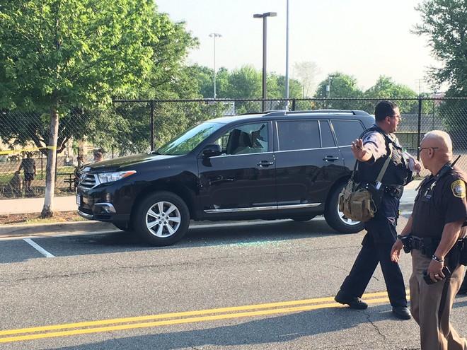 NÓNG: Xả súng ở sân bóng chày, nhiều người bị thương, đã xác định được danh tính nghi phạm - ảnh 2