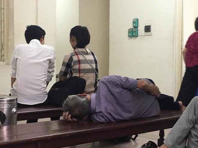 Con trai dìu bố gần 80 tuổi đến tòa xét xử tội hiếp dâm cháu bé 3 tuổi - Ảnh 2.