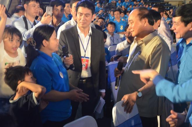 2000 người đồng loạt vỗ tay, nhiều người bật khóc trước việc làm bất ngờ của Thủ tướng 2