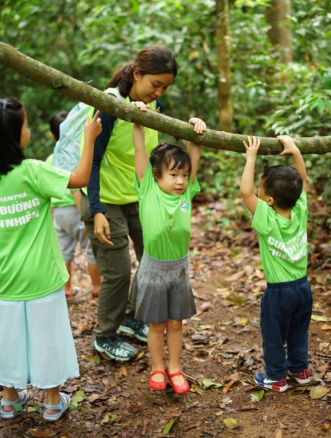 Con gái Lý Hải - Minh Hà hiếu động khi tham gia dã ngoại cùng bố mẹ - Ảnh 4.