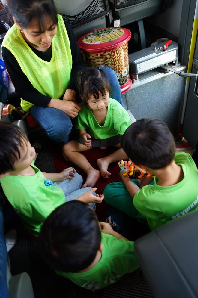 Con gái Lý Hải - Minh Hà hiếu động khi tham gia dã ngoại cùng bố mẹ - Ảnh 2.