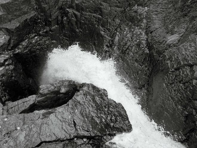 Bí ẩn thác nước không đáy nuốt sạch mọi thứ ở Mỹ: Khoa học cuối cùng giải mã thành công - Ảnh 1.