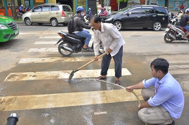 Trên đường đi làm, ông Đoàn Ngọc Hải gọi điện bắt phạt ngay đơn vị rải bùn ra đường - ảnh 1