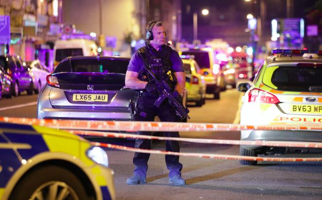 """Vụ xe tải đâm vào đám đông ở London: Kẻ tấn công la hét """"giết hết người Hồi giáo"""""""